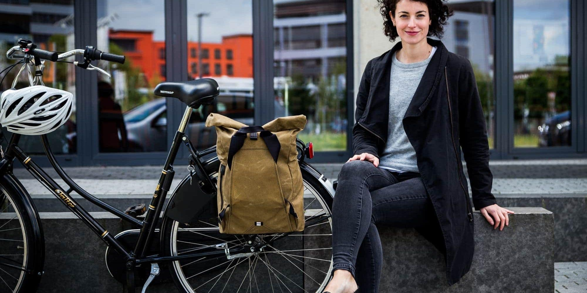 Fahrradrucksack THE URBAN Traveller aus gewachster Baumwolle. - Hier am Fahrrad montiert.